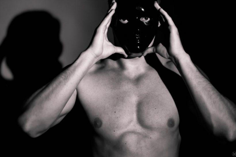 Όταν οι μάσκες πέφτουν απολαμβάνει την απάτη του