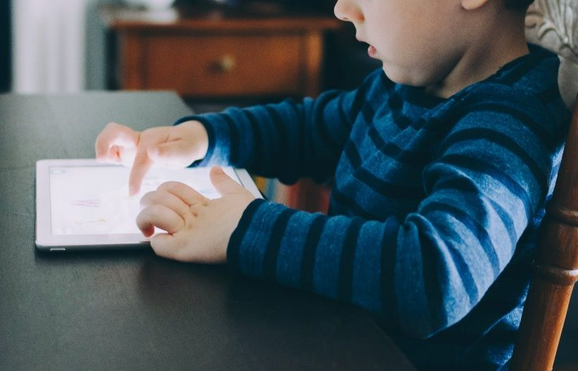 Έγινε η τεχνολογία νταντά των παιδιών;