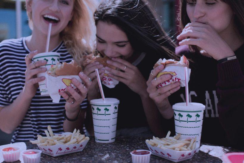 Μόνο με τους κολλητούς τρώμε σαν να μην υπάρχει αύριο