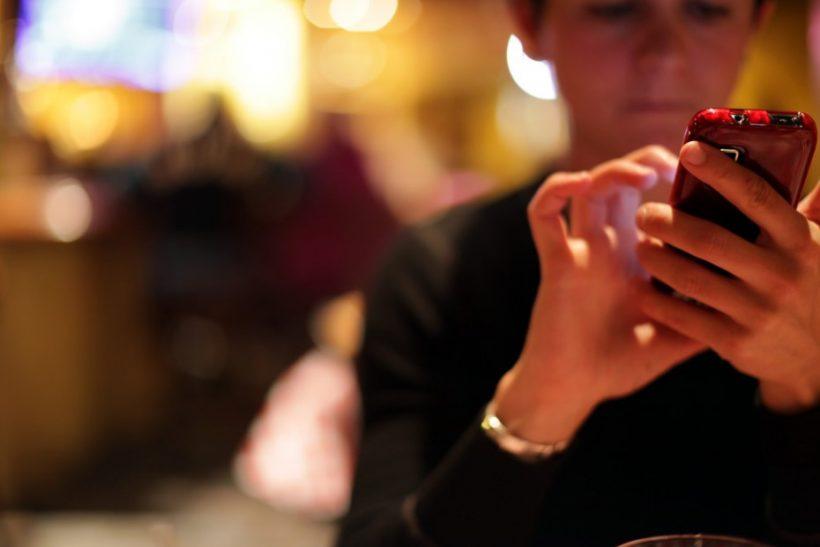 10 λόγοι να μην ψάξεις το κινητό του συντρόφου σου