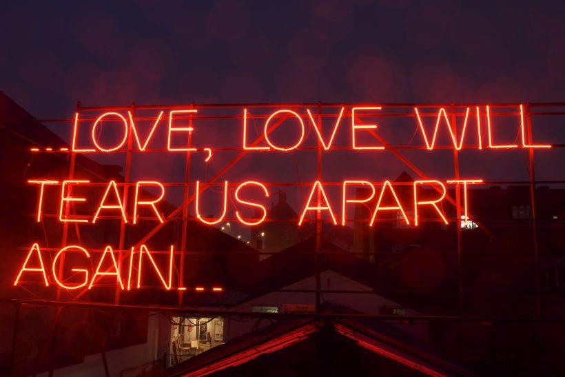 Αγαπάς κι αγαπιέσαι και πάλι δεν αρκεί