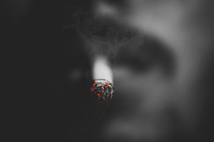 Εξόριστοι για ένα τσιγάρο