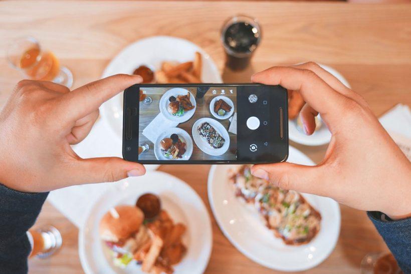 Τρώμε μόνο αφού φωτογραφίσουμε τα πιάτα μας