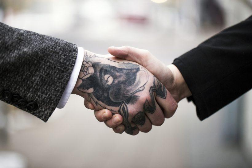 Τα τατουάζ δεν είναι λόγος να μην προσλάβεις κάποιον