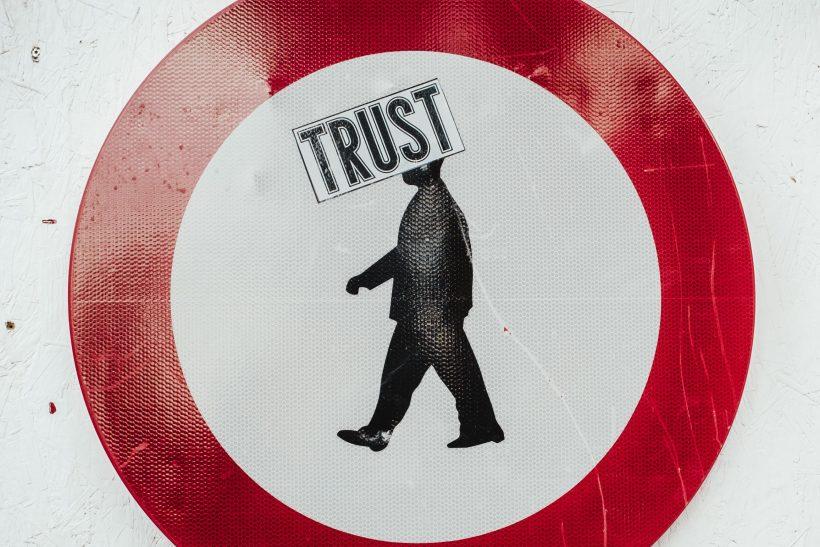 9dfe71f913d Ευχή ή κατάρα να εμπιστεύεσαι εύκολα; - Pillowfights.gr