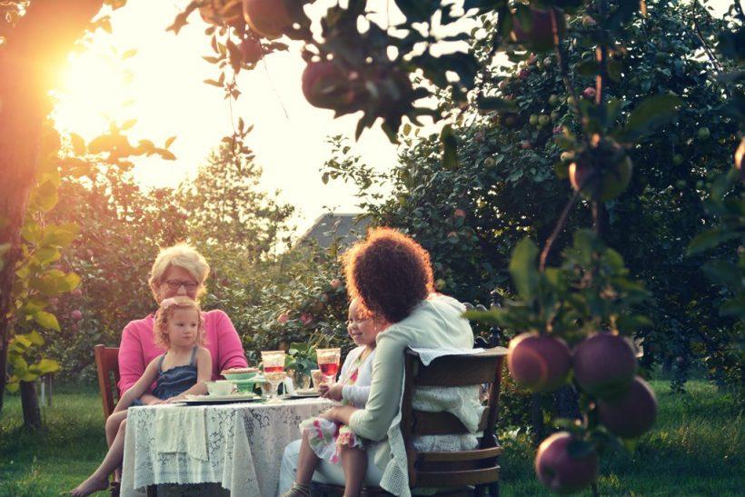 Η γιαγιά να μας κυνηγάει να φάμε το φρουτάκι μας