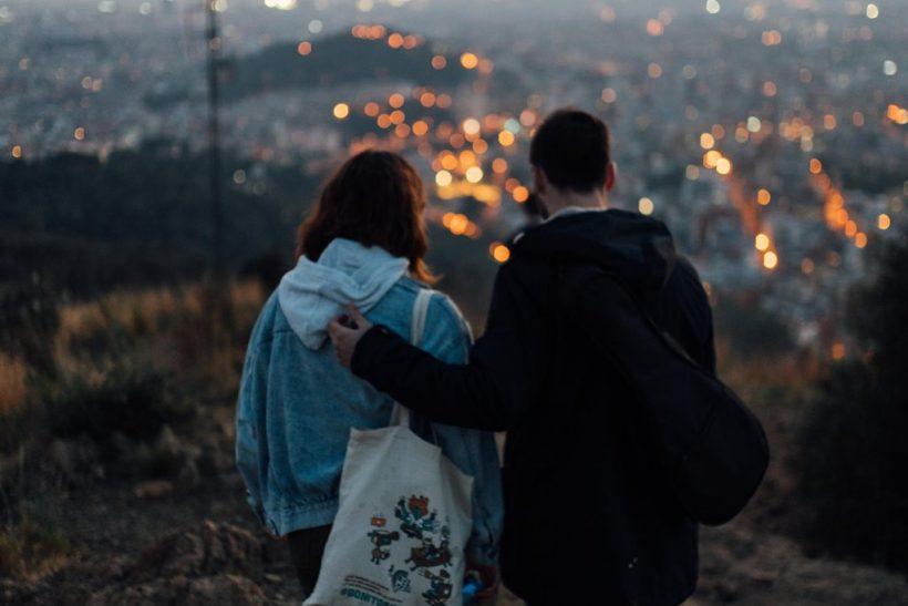 Κλείνουμε τα ραντεβού με σιωπές αντί για φιλιά