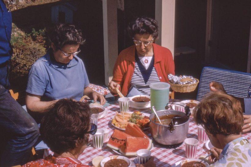 Στα οικογενειακά τραπέζια μιλά όποιος προλάβει