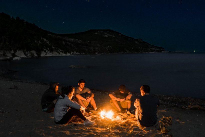 Τίποτα σαν τις νύχτες στην παραλία με την παρέα