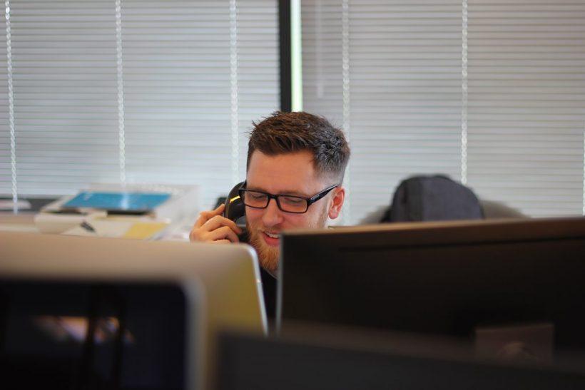Οι υπάλληλοι τηλεφωνικών κέντρων δεν είναι σάκοι του μποξ