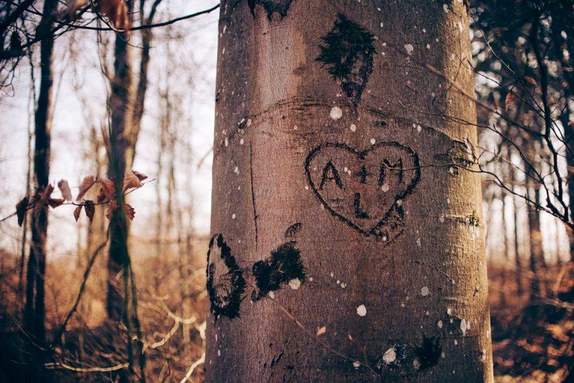 Χαράξαμε τα αρχικά μας σε δέντρα, θρανία και παγκάκια