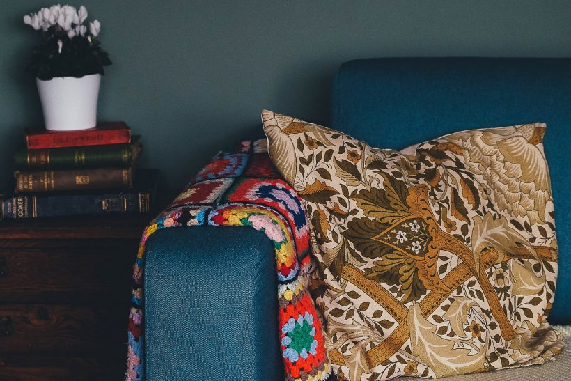 Τα απογεύματά μας: καναπές, βιβλία ή σειρές, κι αγκαλιές