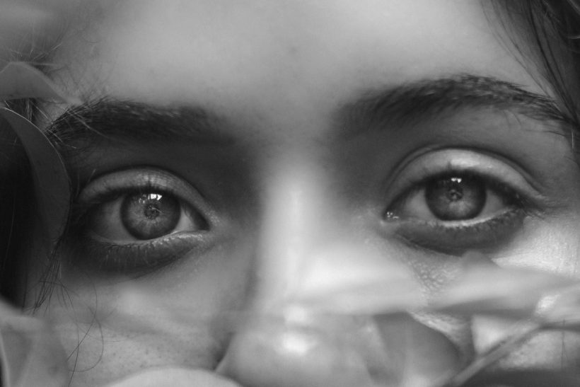 Tα μάτια φλυαρούν αλλά τα χείλη σωπαίνουν
