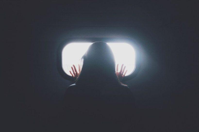 FOMO σημαίνει να φοβάσαι ότι κάποιος περνάει καλά χωρίς εσένα