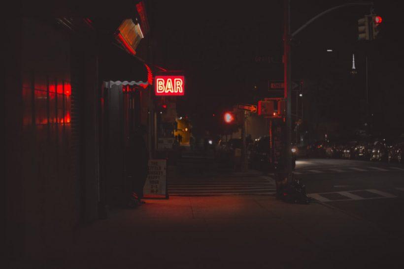 Στα μπαρ που κάποτε ερωτευτήκαμε πάντα θα επιστρέφουμε