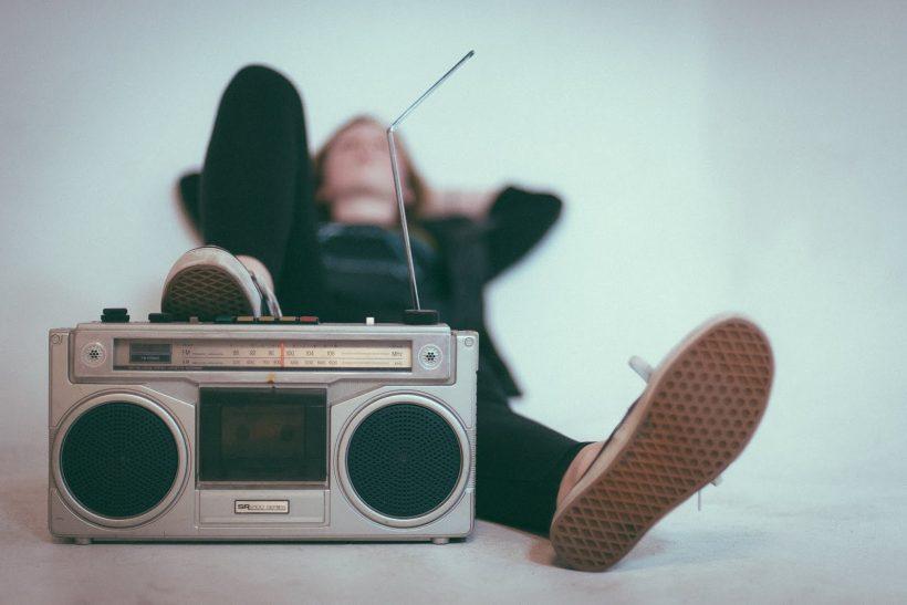 Ραδιοφωνικός παραγωγός· όταν μια φωνή γίνεται η καλύτερη παρέα