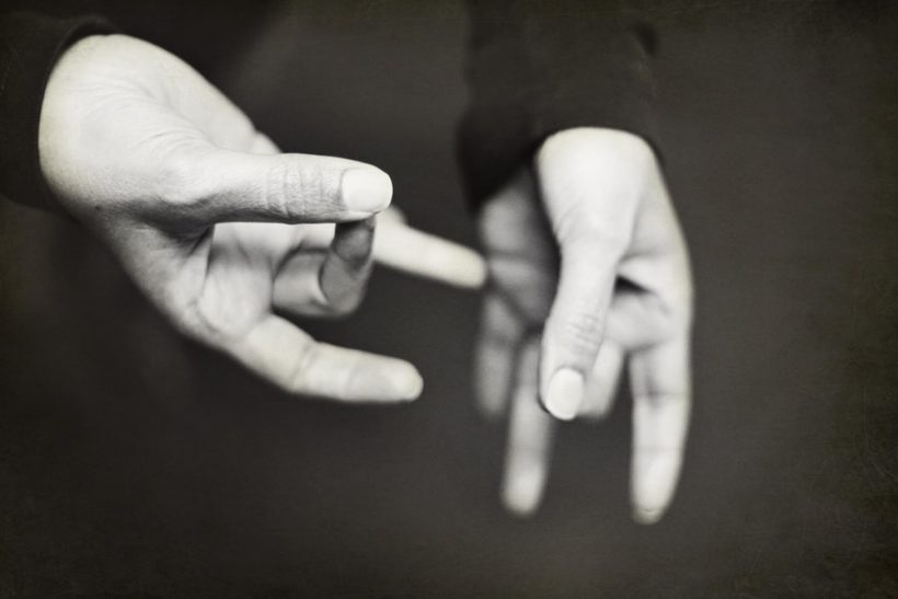 3 σπουδαίες ερμηνείες της νοηματικής γλώσσας κατά την Έλλη Λαμπέτη