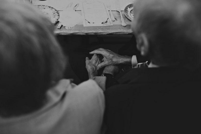 Είμαστε η γενιά που μεγάλωσε με τον παππού και τη γιαγιά