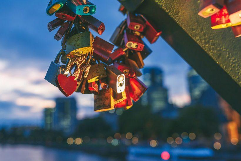 Κλειδαριές αγάπης· κρατάς τον έρωτα, πετάς το κλειδί