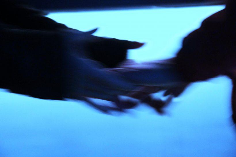 Ένα άγγιγμα μπορεί ν' απαλύνει τα σκοτάδια σου