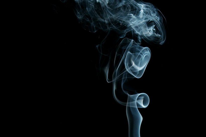 Μ' ένα τσιγάρο στα χείλη