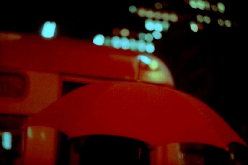 Κάτω από μια κόκκινη ομπρέλα