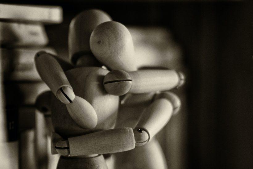 Ξαφνικά φοβόμαστε πως μια αγκαλιά μπορεί και να κοστίσει