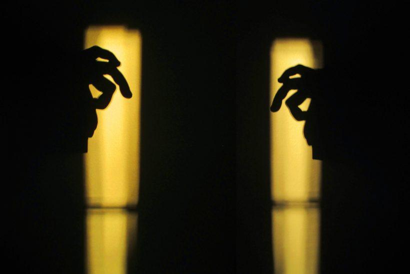 Ερωτευόμαστε και κρυβόμαστε πίσω απ' το δάχτυλό μας
