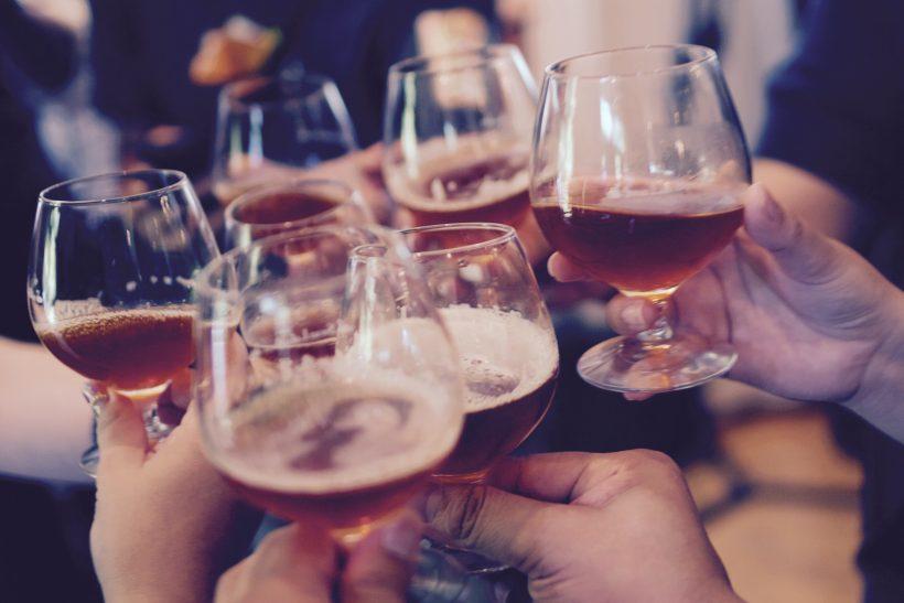 Άλλο τα πίνω μόνος μου κι άλλο με την παρέα