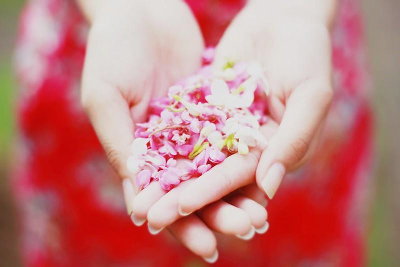 Γιατί πιεζόμαστε να γίνουμε «καλό παιδί» για σχέση κι ας μη μας βγαίνει