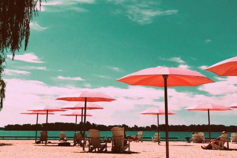 10 έξυπνοι τρόποι να φλερτάρεις στην παραλία