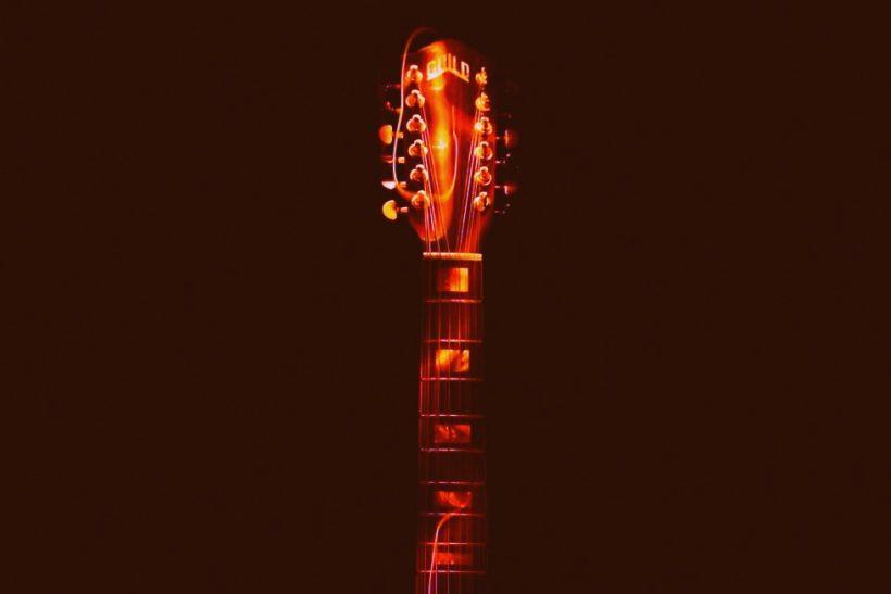 Καρδιά και μυαλό μαζί ακούγονται σαν ξεκούρδιστη κιθάρα