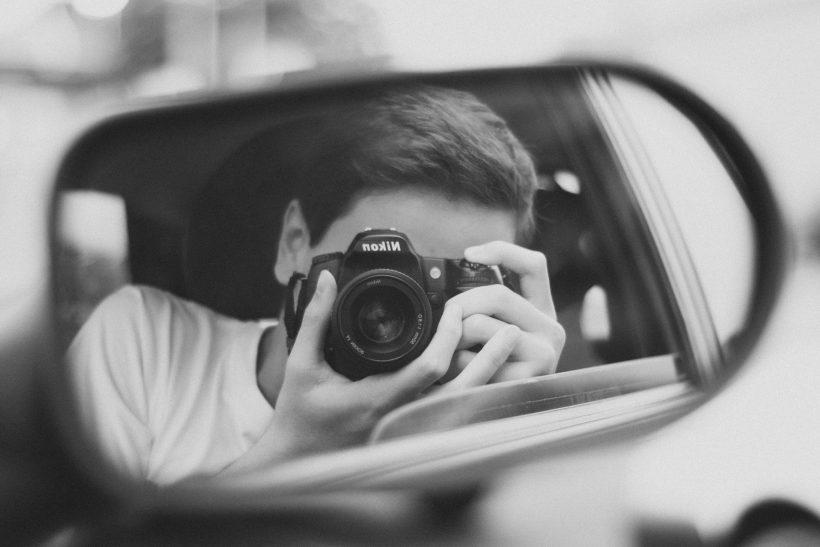 4 λόγοι που στον καθρέφτη δείχνεις διαφορετικός απ' ότι στην κάμερα