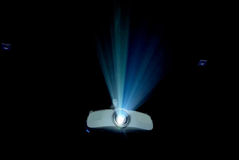 Spotlight effect· νομίζουμε πως τα βλέμματα είναι στραμμένα πάνω μας