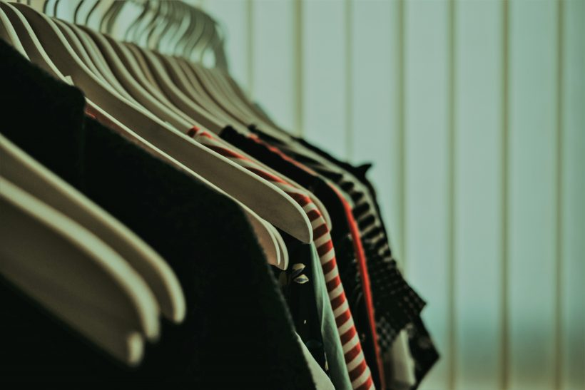 Από μια ντουλάπα ρούχα τα μισά αναρωτιέσαι γιατί τα πήρες