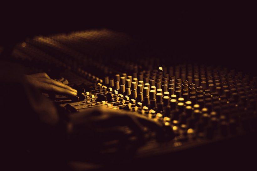 Μετά τα μεσάνυχτα το ραδιόφωνο ανήκει στους καψούρηδες
