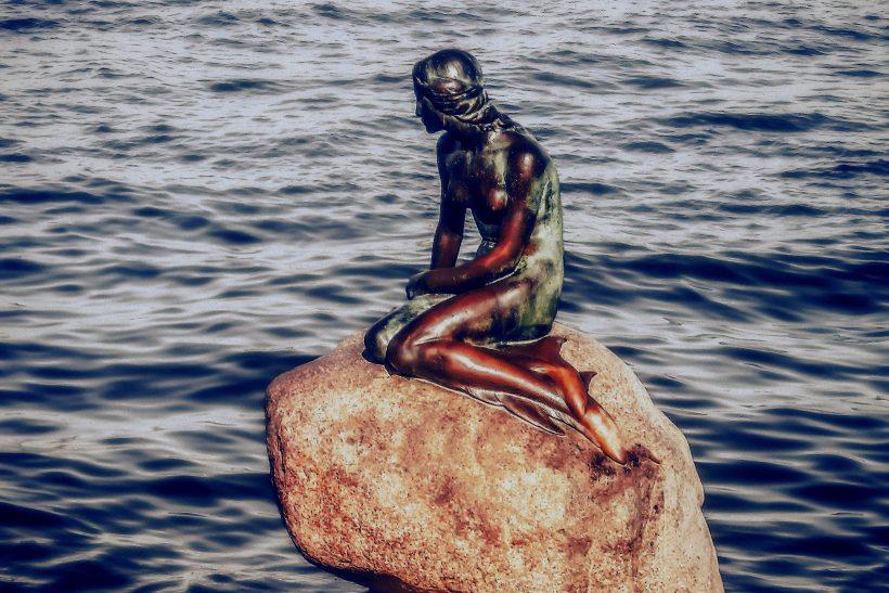 Aπ' τη μικρή γοργόνα στη γοργόνα της Δανίας· ένα απόκοσμο παραμύθι