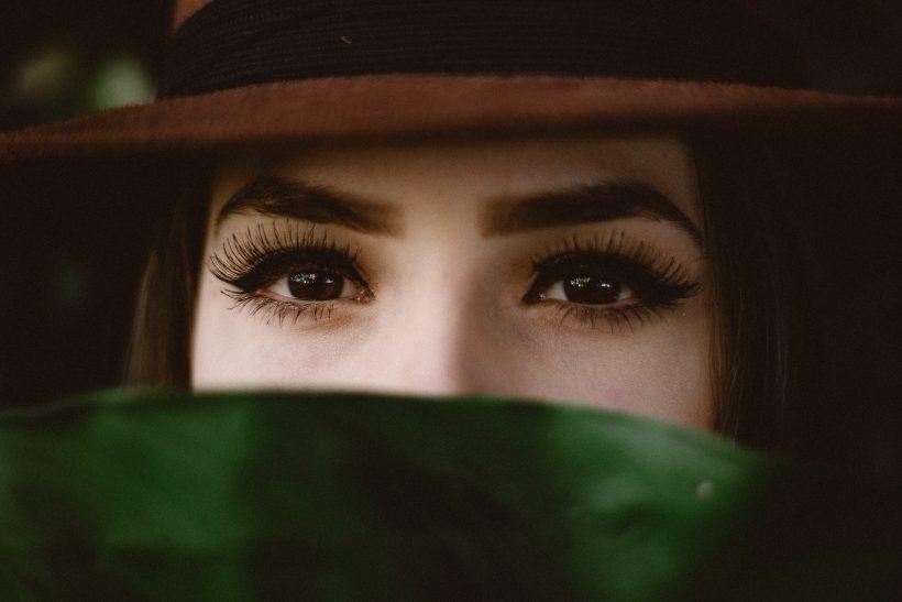 Κι αν κρύβονται πίσω απ' τη μάσκα εσύ να κοιτάς τα μάτια