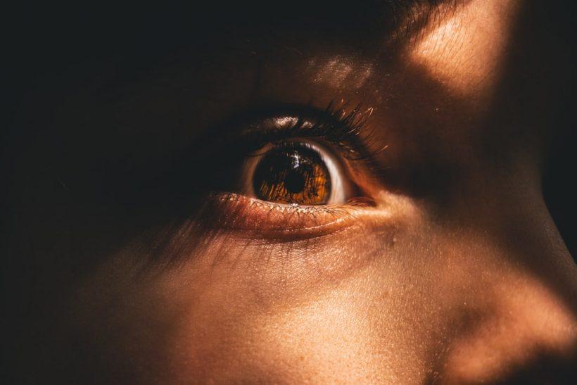 Γιατί λειτουργούμε διαφορετικά όταν κάποιος μας κοιτάζει;
