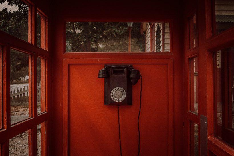 Παιδί για σπουδές εξωτερικό και γονείς κρεμασμένοι από τηλέφωνα