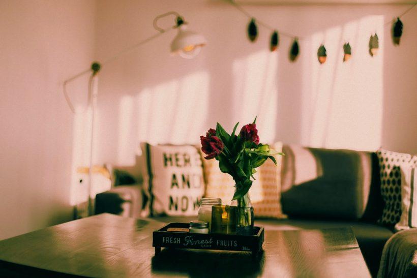 10 τρόποι να φτιάξεις τη διάθεσή σου σπίτι σου και τζάμπα