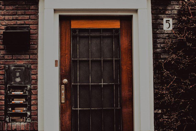 Πόρτες που ανοιγοκλείνουν δίνοντας χώρο σε στιγμές