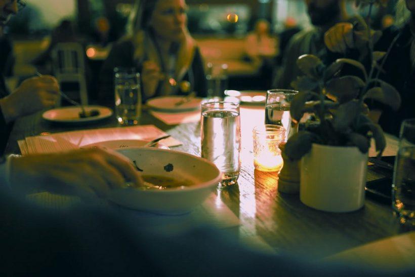 10 άβολες ερωτήσεις που θα σου κάνουν στο κυριακάτικο τραπέζι