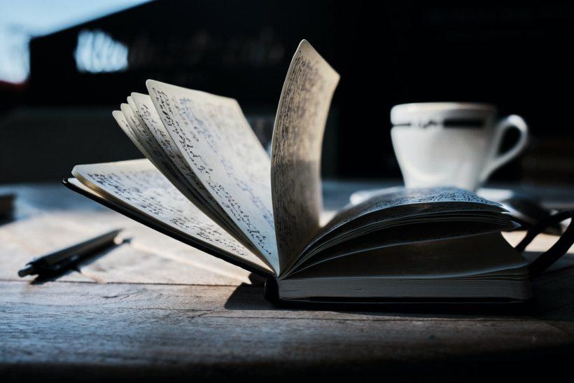 Το να γράφει κανείς μοιάζει με το να αγαπά