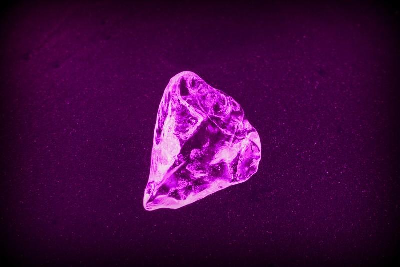 Τι κρύβεται πίσω απ' την αγάπη για τα διαμάντια;