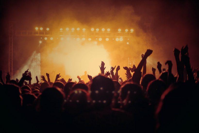 6 τρόποι να γνωρίσεις το άτομο που μπάνισες στη συναυλία