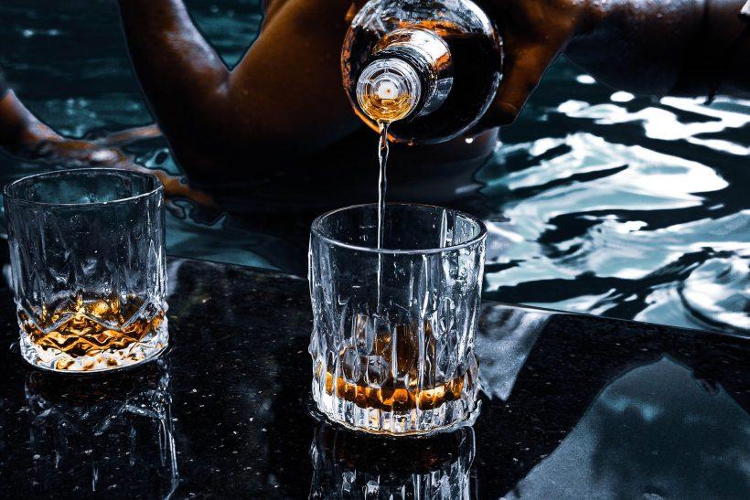 Ποιο σύνδρομο μπορεί να εμφανιστεί πίνοντας ένα μπουκάλι μόνοι μας;